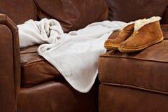 Deslizadores Comfy de la manta del sofá Foto de archivo libre de regalías