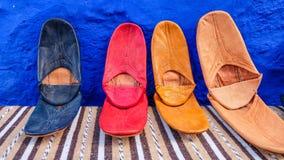 Deslizadores de cuero coloridos en Marruecos Fotografía de archivo
