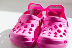 Deslizadores de goma rosados, aislados en el fondo blanco Las sandalias de goma de los ni?os aisladas Zapatos cómodos para la pla imágenes de archivo libres de regalías