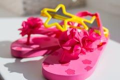Deslizadores de goma rosados, aislados en el fondo blanco Las sandalias de goma de los ni?os aisladas Zapatos c?modos para la pla foto de archivo