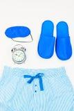 deslizadores, máscara el dormir, despertador y pijama Imagen de archivo