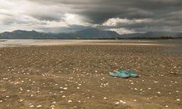 Deslizadores olvidados en una playa antes de una tormenta Fotografía de archivo libre de regalías