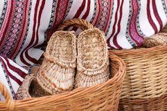 deslizadores trenzados en una cesta en los amos justos Fotos de archivo libres de regalías