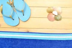 Deslizadores y cáscaras de la playa en la madera Imagen de archivo libre de regalías