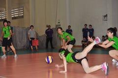 deslizamento com a bola de falta do bloco no chaleng dos jogadores de voleibol Fotos de Stock Royalty Free