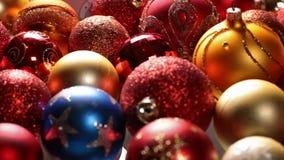 Deslizamento na frente das decorações bonitas do Natal vídeos de arquivo