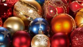 Deslizamento na frente das decorações bonitas do Natal video estoque