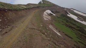 Deslizamento pela maneira à parte superior da montanha no verão imagens de stock royalty free