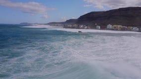 Deslizamento surfando do surfista profissional em ondas espumosas brancas gigantes na água azul do oceano de turquesa que aturde  vídeos de arquivo