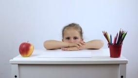 Deslizamentos da menina sob a mesa e os couros crus vídeos de arquivo