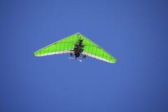 Deslizamiento de caída en el cielo azul. Foto de archivo