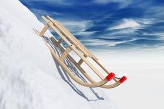 Deslizando o pequeno trenó na neve Fotos de Stock