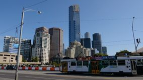 Deslizando o tiro de arranha-céus do centro de Melbourne da ponte dos príncipes, Melbourne, Victoria, Austrália video estoque