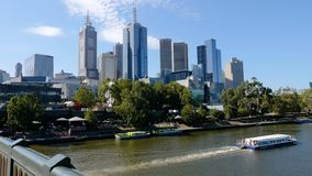 Deslizando o tiro de arranha-céus do centro de Melbourne e do rio de Yarra dos príncipes Ponte, Melbourne, Victoria, Austrália vídeos de arquivo