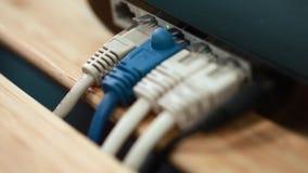 Deslizando o vídeo do paralaxe de conectores da rede no escritório pequeno vídeos de arquivo
