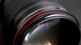 Deslizando a objetiva com anel vermelho e elemento de vidro frontal enorme filme