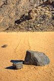 Deslizando pedras em Lakebed seco fotografia de stock royalty free