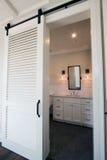 Deslizando portas de celeiro no banheiro foto de stock royalty free