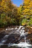 Deslizando a rocha na floresta nacional de Pisgah em North Carolina no outono imagens de stock royalty free