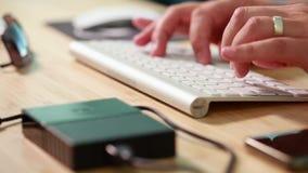 Deslizar el vídeo de la paralaje de los artículos de la oficina en el escritorio