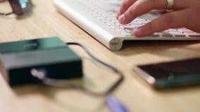 Deslizar el vídeo de la paralaje de los artículos de la oficina en el escritorio almacen de video