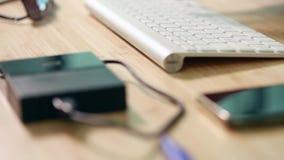 Deslizar el vídeo de la paralaje de los artículos de la oficina en el escritorio almacen de metraje de vídeo