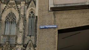 Deslizar hacia fuera el exterior de la esquina de la catedral de Colonia en Alemania almacen de metraje de vídeo
