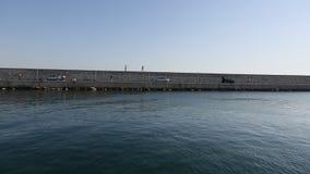 Deslize o barco de navigação na água do porto do iate no mar video estoque
