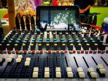 Deslize o controle de volume do misturador audio para a música do estúdio imagem de stock royalty free