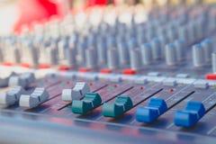 Deslize o misturador audio na sala de comando fotografia de stock royalty free