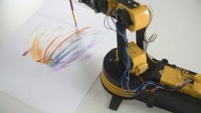 Deslize o tiro do braço do robô com a escova do uso para pintar Experiência com manipulador inteligente Modelo do robô industrial video estoque