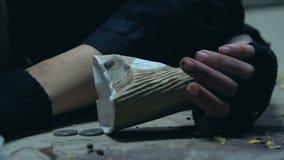 Desmaio desabrigado insalubre da mulher, dispersando moedas, morte da pobreza da fome video estoque