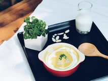 Desmoche de la sopa de la calabaza con nata montada y perejil Imagen de archivo