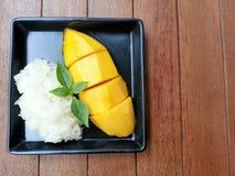Desmoche del mango y del arroz pegajoso con leche de coco Fotografía de archivo