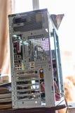 Desmontó la unidad de sistema de un de computadora personal de escritorio foto de archivo