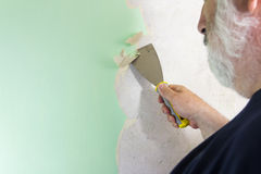 Desmontaje del papel pintado del hombre de DIY Foto de archivo libre de regalías