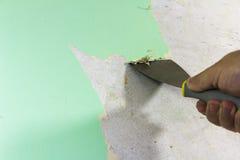 Desmontaje del papel pintado del hombre de DIY fotos de archivo libres de regalías