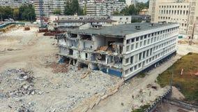 Desmontando a casa velha no local da construção nova Demolição do alojamento dilapidado quatro-andar video estoque