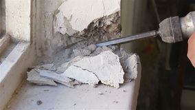 Desmontando a janela velha Trabalho com um perfurador vídeos de arquivo