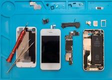 Desmontando o smartphone quebrado para o reparo fotografia de stock royalty free