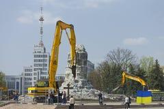 Desmontando o suporte do monumento Lenin ao 12 de abril de 2016 Fotografia de Stock