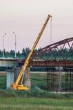 Desmontando a ponte velha na região de Kaluga de Rússia no rio de Ugra fotografia de stock