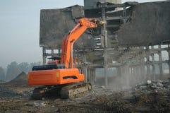 Desmontando a ruína pelo escavador #2 imagens de stock royalty free