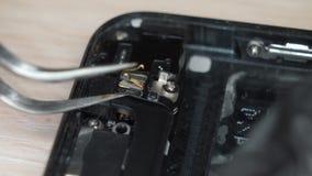 Desmontando um telefone celular quebrado video estoque
