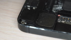 Desmontando um telefone celular quebrado filme