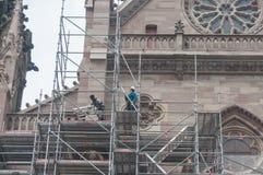 Desmontar el andamio después de la renovación de la fachada del templo St. Etienne Imagenes de archivo