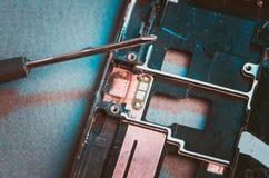 _desmontar smartphone e chave de fenda/desmontar smartphone e chave de fenda Vista superior toned imagem de stock royalty free