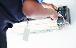 Desmonte e limpe as peças do condicionador de ar pela água ou pelo ar de alta pressão do bocal ou do vácuo Manutenção do disposit imagens de stock royalty free