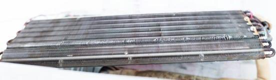 Desmonte e limpe as peças do condicionador de ar pela água ou pelo ar de alta pressão do bocal ou do vácuo Manutenção do disposit imagem de stock royalty free