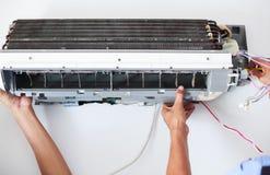Desmonte e limpe as peças do condicionador de ar pela água ou pelo ar de alta pressão do bocal ou do vácuo Manutenção do disposit imagens de stock